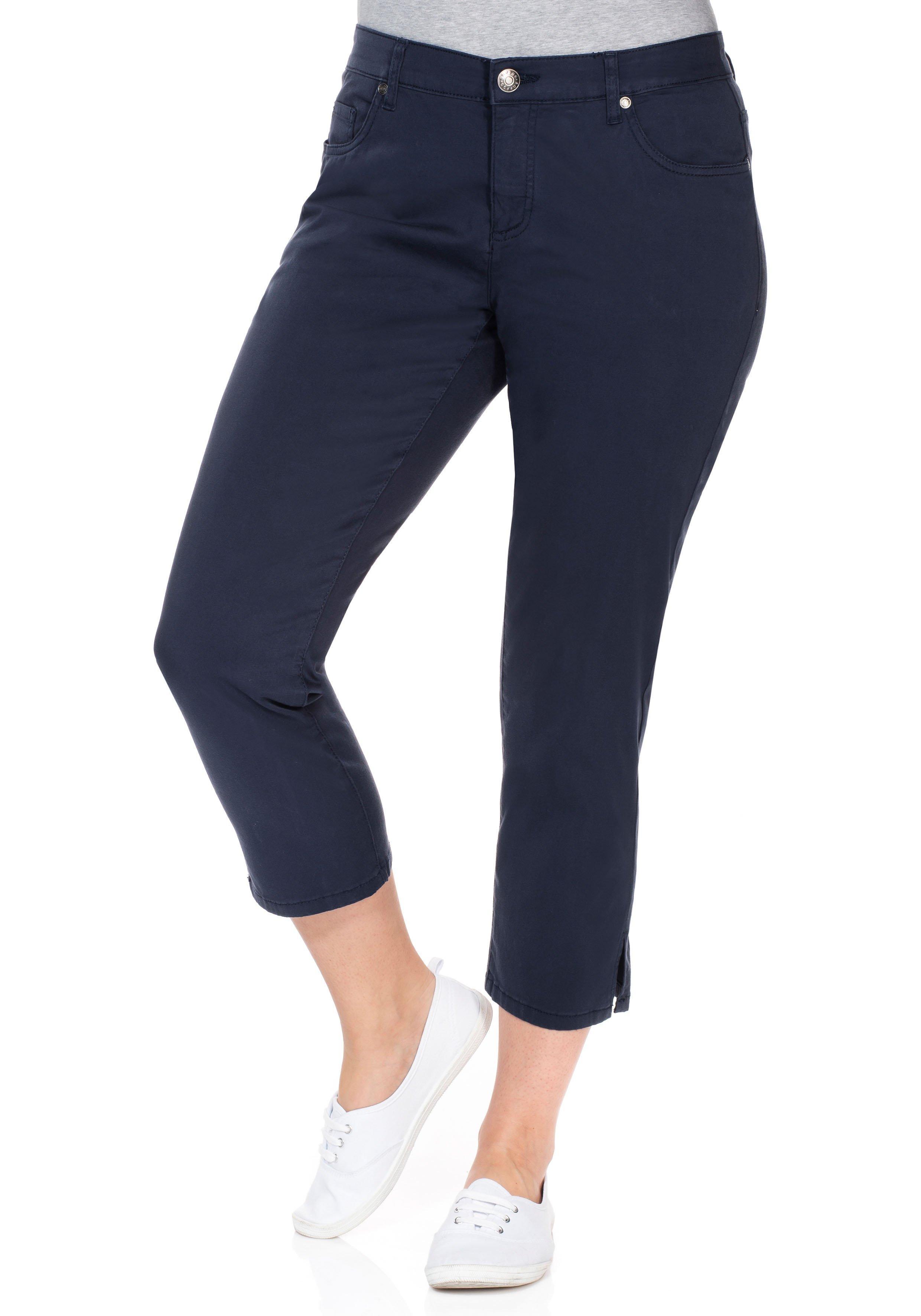 Artikel klicken und genauer betrachten! - Die schmale BASIC Hose im Five-Pocket-Style von sheego überzeugt mit ihrer schmeichelnden 7/8-Länge und Schlitzen am Saum. | im Online Shop kaufen