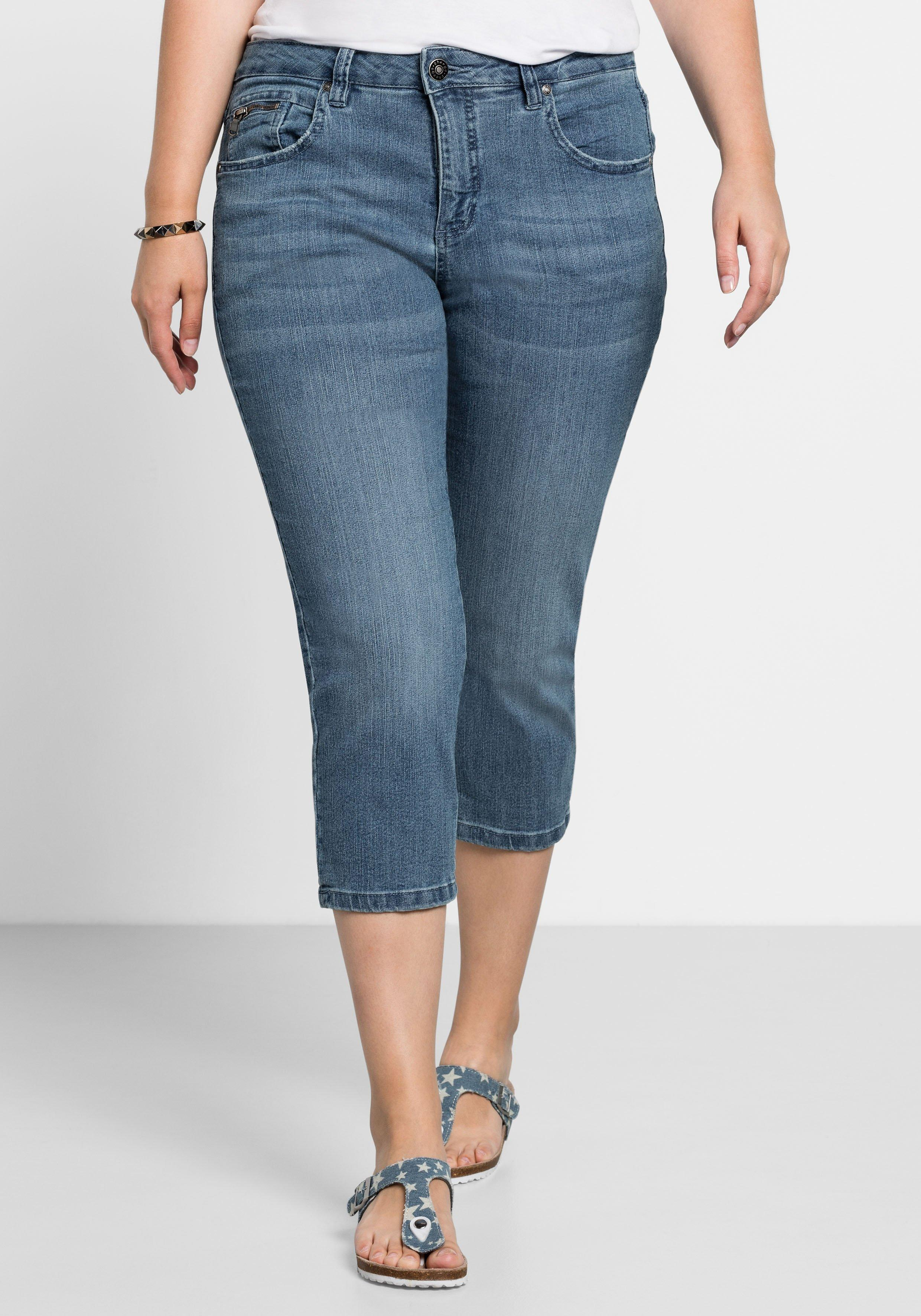 Artikel klicken und genauer betrachten! - Schmale sheego Stretch-Jeans mit individuellen Used-Effekten, dekorativen Gesäßtaschenstickereien und einer Reißverschluss-Münztasche vorn. Die variable Länge macht die Five-Pocket-Hose zum vielseitigen Kombipartner. | im Online Shop kaufen